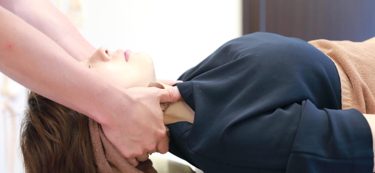 八尾市たかし整骨院、首や肩のこりをほぐして、体の血流をよくします。