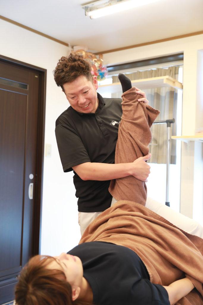 八尾市たかし整骨院では、資格をもつ柔整師がリラクゼーションマッサージ、整体をおこないます。町のマッサージ屋さんとは違った施術です。安心して受けてください。
